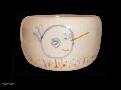 un bol avec des oiseaux stylisés bleus.