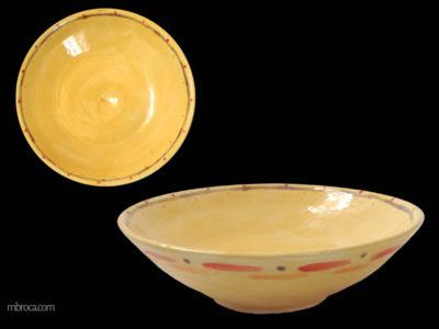 Céramique, deux vues d'une coupe jaune avec des décorations oranges, rouges et violettes.