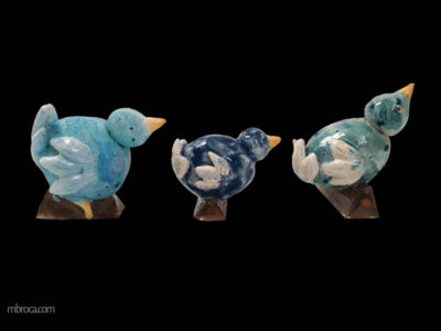 Céramique de trois oiseaux bleus, les uns après les autres