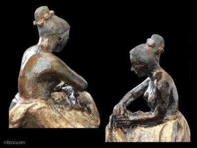 Une mère assise frotte la tête de son enfant alongé sur ses genoux. vues de dos