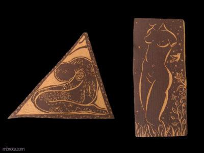 Deux sgraffites, un ovale représentant un homme simplifié. Le deuxième est un triangle dans lequel un homme se tient à genoux et la tête penchée. Le troisième est une femme nue dans la nature.
