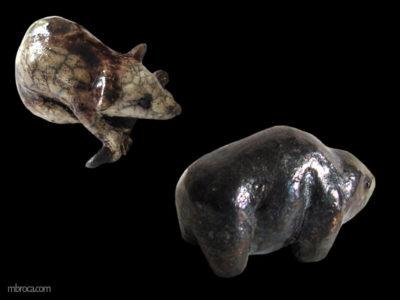 Un bison et un un rongeur. émaux foncé, métallisés.