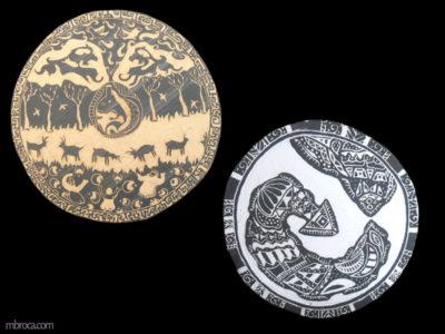 céramique, deux plaques rondes de céramique. Une avec une sorte d'esprit dans un vase et des humains prosternés, une abstraite et une avec un personnage fantasmagorique.