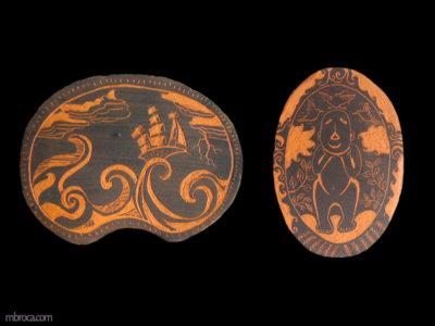 Deux céramiques en sgraffitte, une avec un bateau sur les flots. L'autre est un ovale avec un petit homme stylisé mais souriant.
