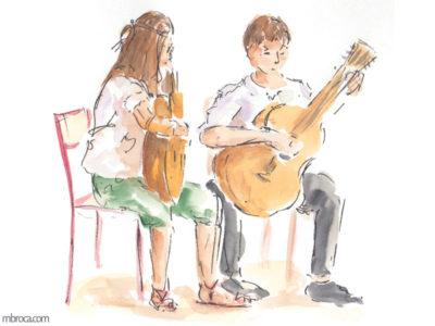 10 œuvres de 2018. Une jeune guitariste et un jeune guitariste jouent de la musique ensemble. Ils sont assis.