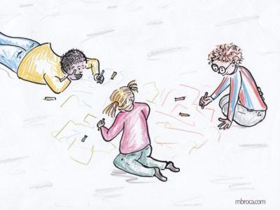 Trois enfants dessinent par terre avec des craies.