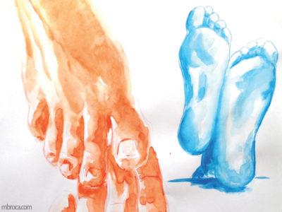 Un paire de pieds vus de face, peints en orange et une paire de pieds vus de dessous en bleu.