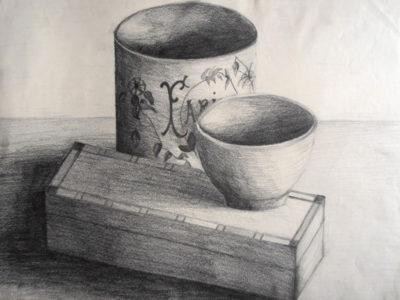 Trois objets, un pot à farine, un pett bol et un plumier en bois fermé.