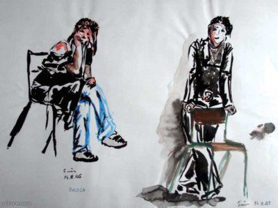 Une personne assise sur une chaise et une autre debout.