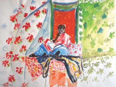 Une personne assise qui lit devant des drapés fleuris.