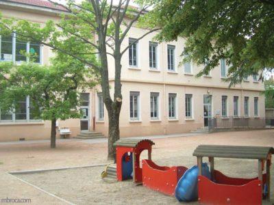 Le batiment et l'espace extérieur de la maison de l'enfance du 8e de Lyon