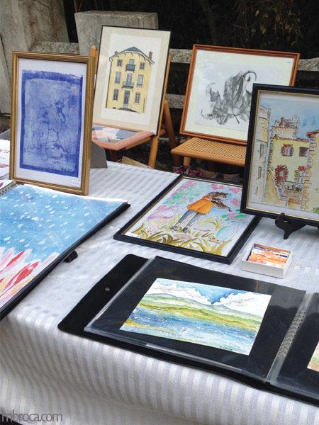 Des cadres avec des dessins lors du marché de l'art de Quimiac