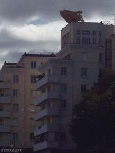 Le voyage à Nantes : un nid en bois sur un immeuble